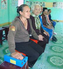 Các mẹ ngồi dùng máy cân bằng ion