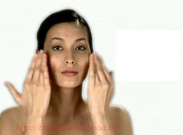 Vỗ nhẹ lên mặt để giúp sản phẩm thẩm thấu